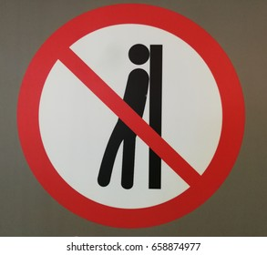 Sign - Do not lean againt the door