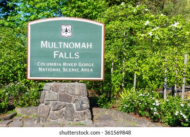 Sign to the entrance of Multnomah Falls in the Columbia River Gorge in Oregon