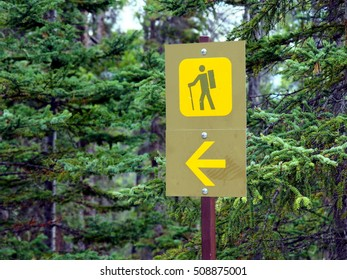 sign gives the direction of the trail hikers can follow through nature