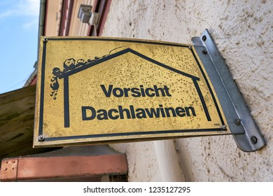 """Sign with the inscription """"caution roof avalanches"""" on a house in Braunlage in the Harz in Germany"""