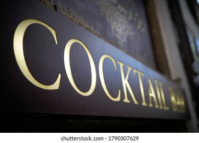 Unterschreiben Sie mit der Aufschrift Cocktailbar auf einer Fassade in der Prager Altstadt