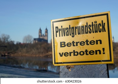 """Sign with the inscription """"private ground, do not enter"""""""