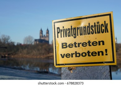 Sign with the inscription: Privatgrundstueck Betreten verboten!, translation: private ground, do not enter