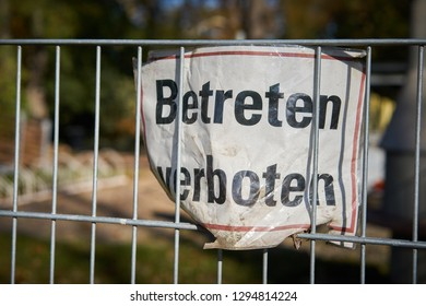 "Sign on a fence with the inscription ""do not enter"""