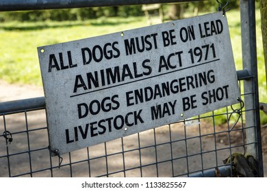 sign on gate post telling people to keep dog on a lead