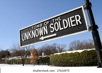 Sign pointing towards the Tomb of the Unknown Soldier at the Arlington National Cemetery in Virginia