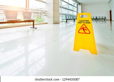 Sign showing warning of wet floor.