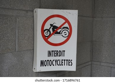 A sign that shows not to park your motorcycle in French.