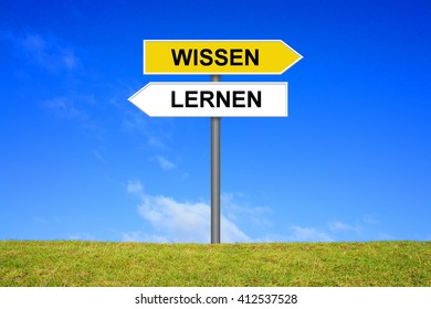 Sign with two arrows shows Learning and Knowledge in german language