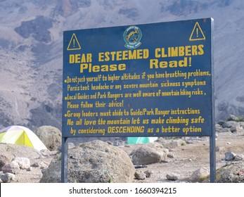 Sign warning of altitude sickness at Karanga Camp (3.963 m) on Mt. Kilimanjaro (February 2019)