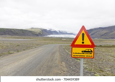 A sign warning of off road bumpy gravel road conditions in Iceland.