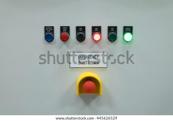 Anzeige der Signallampe und Abschalttaste zum Anzeigen des Status der elektrischen und der Kontrollanlage.