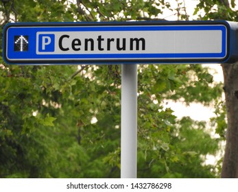 Signpost to parking spot in city and centre in the Netherlands, part of a serie.