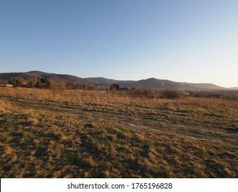 Schlesische Beskid Mountains sind vom Sportflugplatz in der europäischen Stadt Bielsko-Biala in Polen zu sehen, klarer blauer Himmel im Jahr 2020 warm sonnigen Frühlingstag im April bei Sonnenuntergang.