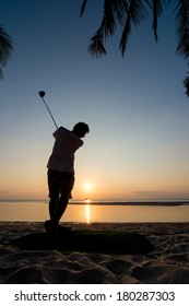 silhouett of a golf player at sunset.