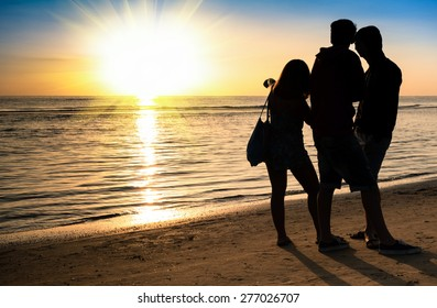 Silhouette of best friends trio group on the beach at sunset - Friendship concept sharing time together and positive feelings - Connection with beauty of nature and good emotions - Warm color tones