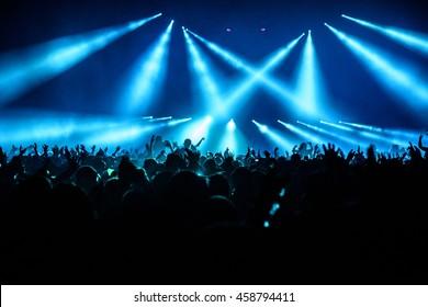 Silhouette Concert Crowd bei einem Musikfestival - Backlit with Lighting.