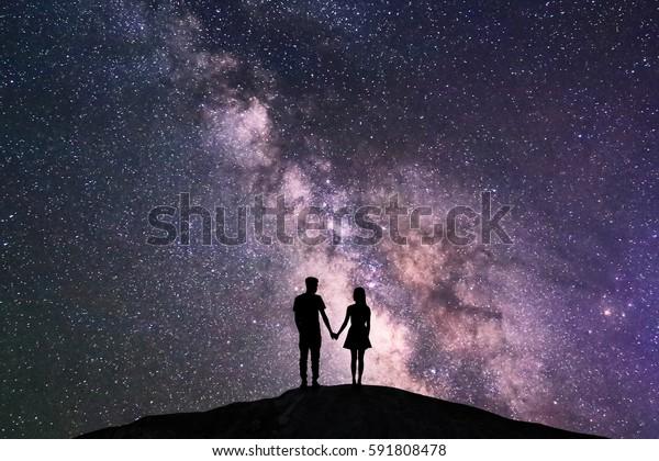 sagoma di coppia con scena di notte via lattea sfondo nella galassia