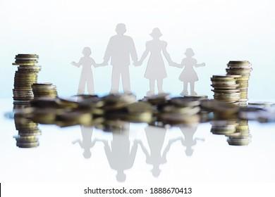Silhouette von vier Personen und Stapel von Geld. Familienkonzept. Familienfinanzbudget. Sparen Sie Investitionen.