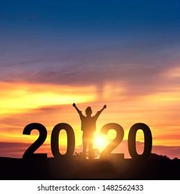 Silhouette Freiheit junge Geschäftsfrau Freude auf dem Hügel und 2020 Jahre bei der Feier des neuen Jahres, Kopienraum.