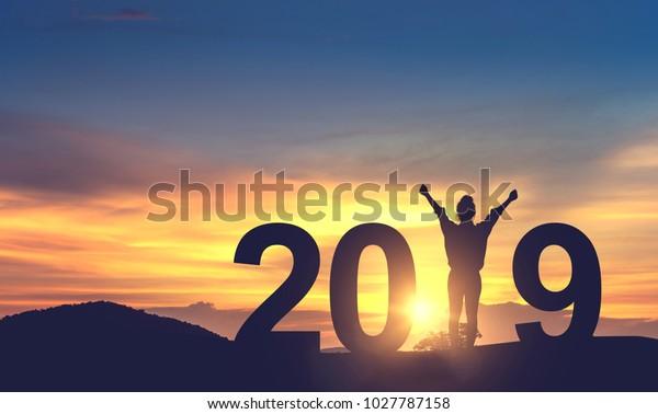Silhouette Freiheit junge Frau Freude auf dem Hügel und 2019 Jahre bei der Feier des neuen Jahres, Kopienraum.