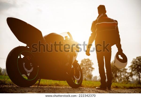 一般的なスポーツバイクとバイカーのシルエット。人と交通のコンセプト