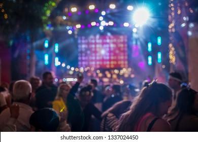 Silhouette mains de spectateurs spectateurs qui apprécient le concert du club, Fête de fête, Musique de soirée Flou, soirée dansante, Personnes de fête Arrière-Plan flou-Foule au concert et flou.