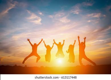 Silhueta de equipe de negócios feliz fazendo mãos altas no fundo do céu do sol para o conceito de trabalho em equipe de negócios.