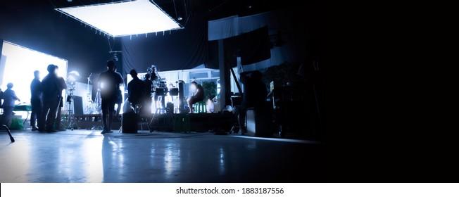Silhouette Bilder von Video-Produktion hinter den Kulissen oder b-Roll oder Herstellung von TV-kommerziellen Filmen, die Film-Crew-Team Feuerwehr und Videos Kameramann arbeiten zusammen mit Filmregisseur im Studio.
