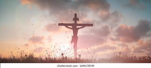Silhouette Jesus Christentum Tod am Kreuzkreuzkreuzbruch auf kalvariellen Hügel in Sonnenuntergang guten Freitag aufgetaucht in Ostertag Konzept für christliches Lob für heiligen Geist religiösen Gott, katholische betende Hintergrund.