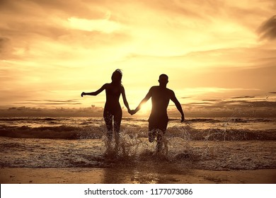 silhouette in love sunset sea / newlyweds in honeymoon at sea, vacation luck summer sea beach, silhouette couple at sunset