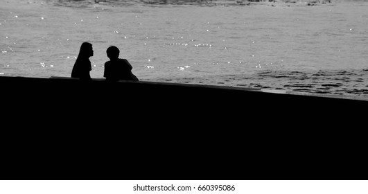 silhouette of lover people at river