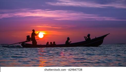 Silhouette : Moslem beten im Schiff betet bei Sonnenuntergang.Foto Eine Silhouette islamischen Gebet bei Sonnenuntergang.Thailand.