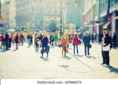 Silhouet van mensen lopen op de straat van de grote stad winkeldag, grote menigte van mensen lopen