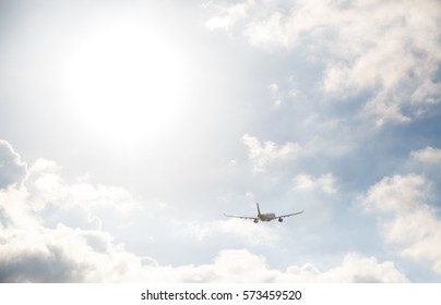 silhouette, the plane flies the vsolnechnykh beams