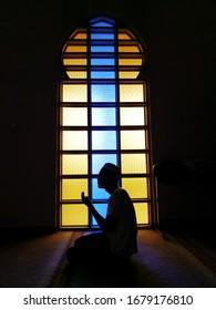 Silhouette des Gebets.Junge muslimische Mann beten Hintergrund.