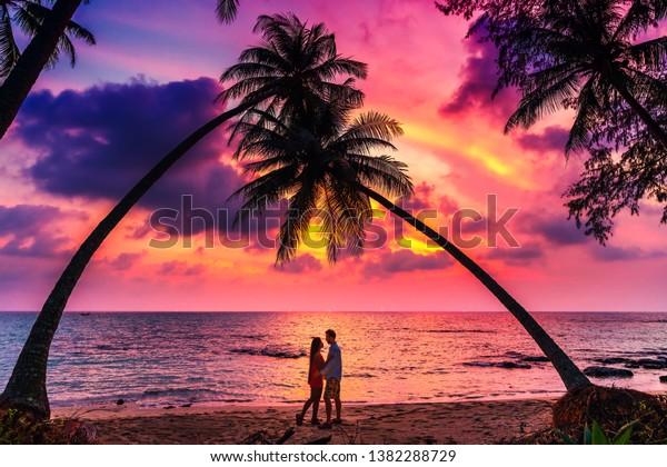 Paar Sucht Auf Den Sonnenuntergang, Tropische Insel, Palmen Am Strand.  Lizenzfrei Nutzbare Vektorgrafiken, Clip Arts, Illustrationen. Image  4189096.