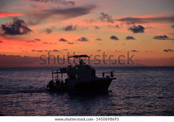 silhouette-scuba-diving-fishing-boat-600