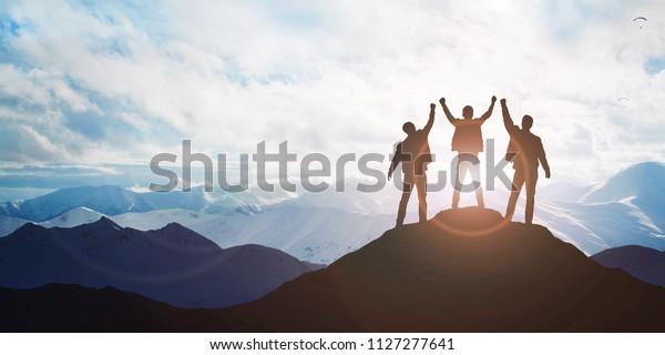 Silhouette der Mannschaft auf dem Berg. Führungskonzept
