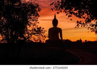 Silhouette thai große Buddha und Sonnenuntergang Himmel