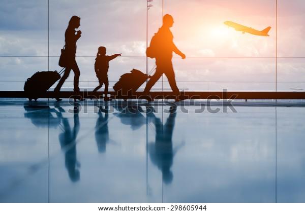 Silhouette de la jeune famille et de l'avion
