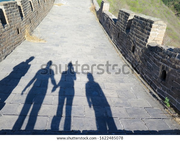 silhouettes-family-walking-on-great-600w