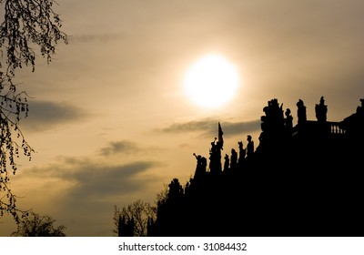 Silhouettes of statues on the roof of the museum