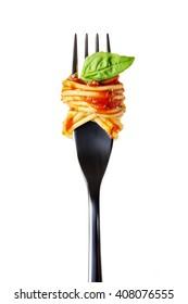 серебряная вилка с макаронами, томатным соусом и листьями базилика, выделенными на белом фоне