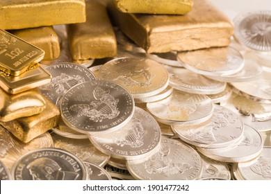 Gold- und Silber-Bullion auf dem Tisch