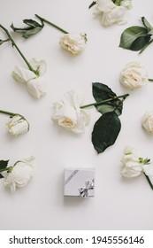 Silberschmuck und Blumen. Hochzeit, Liebe, Valentinstag, Happy Birthday Konzept