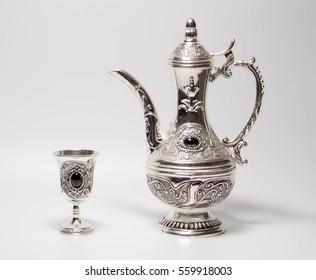 Silberkrug und Glas