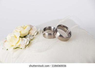 151 153 Hochzeit Blumen Hochzeit Blumen Ringe Images Royalty Free