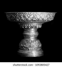 Silberschüssel, handgefertigt einzeln auf schwarzem Hintergrund