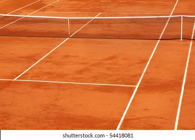 Simple image of a tennis base in clay.